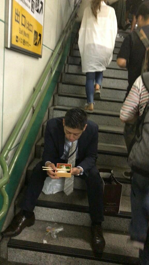 サラリーマン 駅の階段で弁当 リストラ